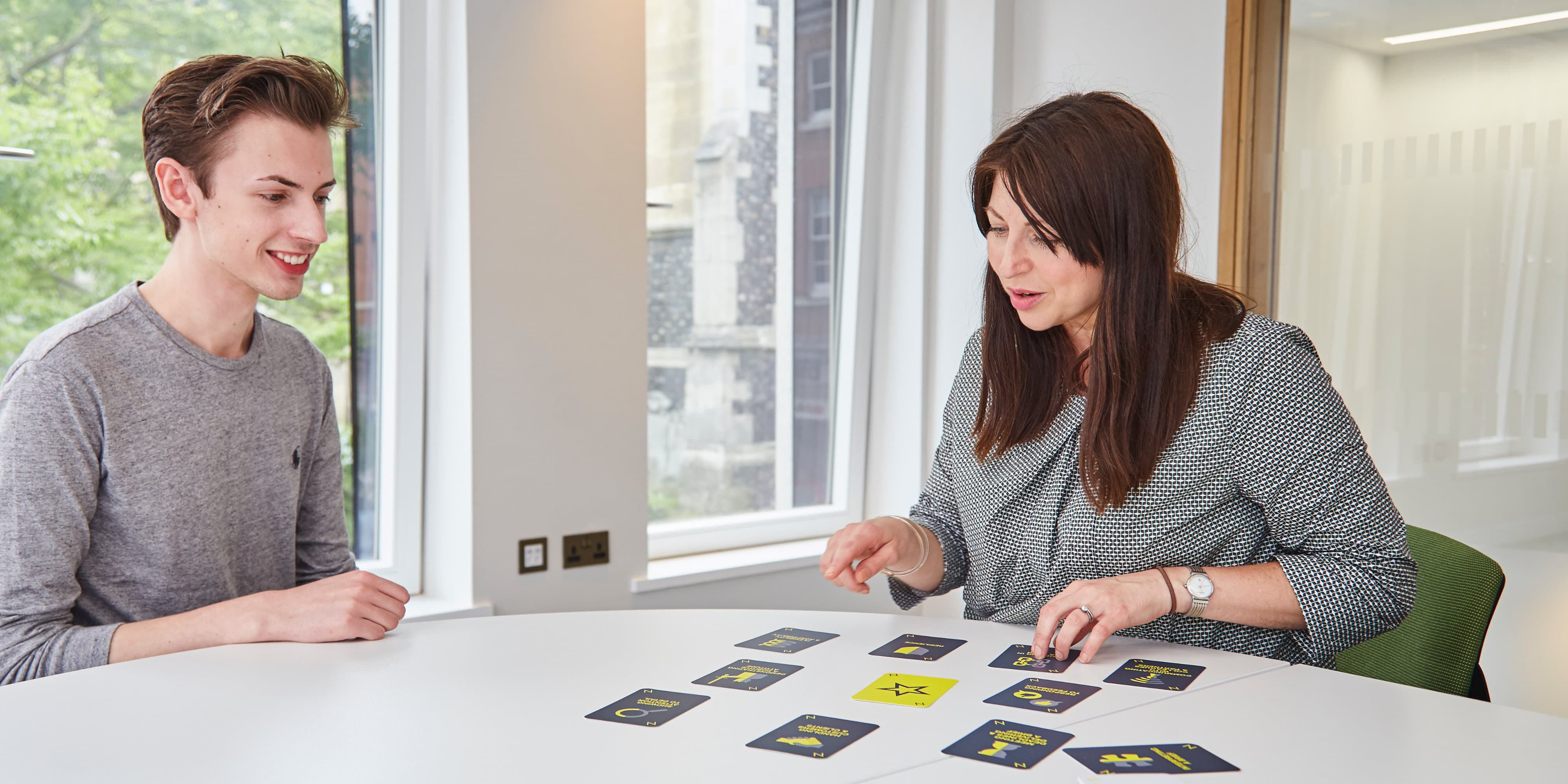 People playing NUA PROFILE Card game